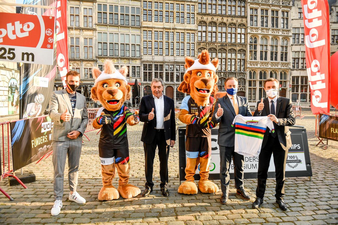 Johan Museeuw, Eddy Merckx, Bart De Wever en UCI-president David Lappartient bij de voorstelling van het parcours van het WK 2021 op de Grote Markt in Antwerpen.