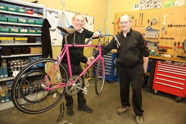 Luc Wauters (rechts) in het atelier van Brukom Bikes waar zijn fiets wordt klaargestoomd.