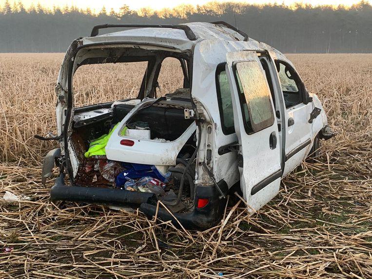 De wagen is na de crash rijp voor de schroothoop.