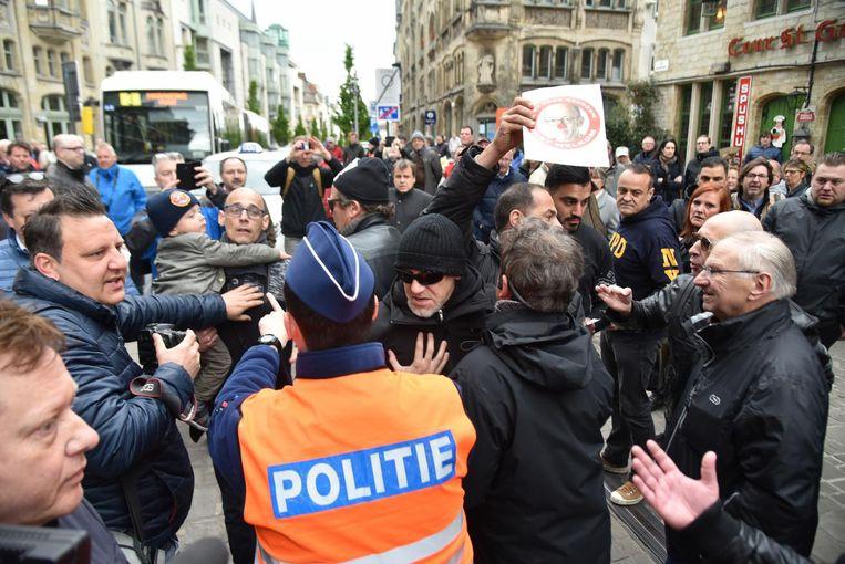 Even werd de sfeer grimmig aan het stadhuis toen enkele actievoerders bussen van De Lijn tegenhielden aan het stadhuis.
