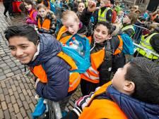 Kinderen wandelen voor water in Gouda