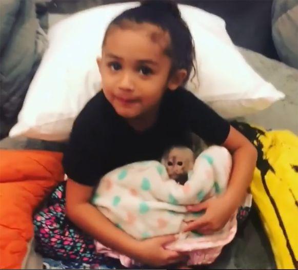 Browns dochtertje met het aapje