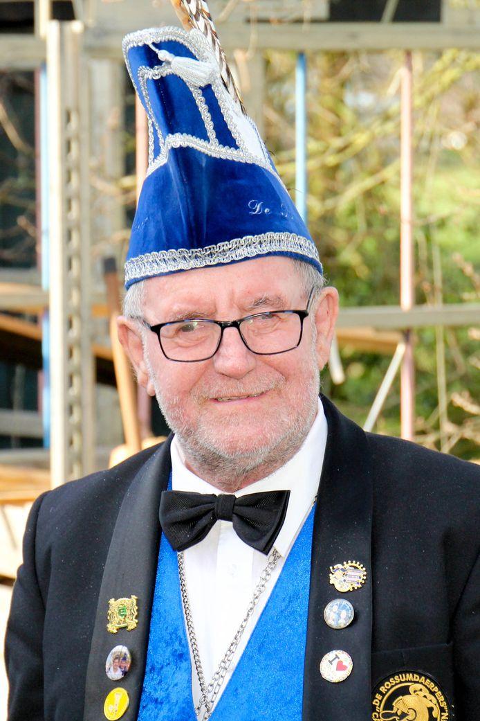 De overleden Toon Hagen (1951-2019) wordt het icoon van carnavalsvereniging De Rossumdaerpers in Vaasen genoemd.