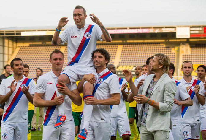 Fernando Ricksen op de schouders van Kevin Hofland en Mark van Bommel op 25 mei 2014.