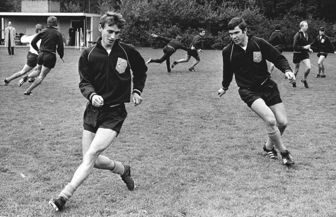 1968: Rob Rensenbrink als nieuweling bij Oranje. Rechts Willem van Hanegem.