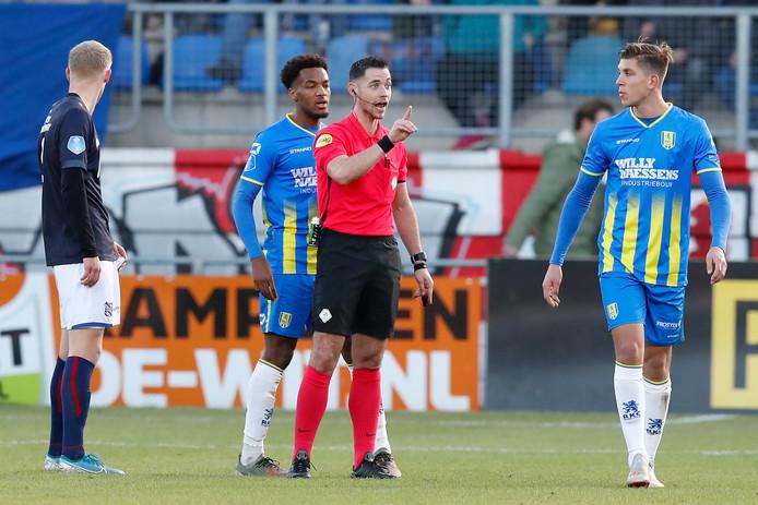 Scheidsrechter Marc Nagtegaal tijdens het duel tussen RKC en sc Heerenveen (1-3). De arbiter keurde de 1-2 van de Friezen goed, omdat de camerabeelden in Waalwijk geen uitsluitsel konden geven.
