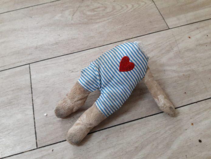 Een onthoofd knuffelbeertje lag liefdeloos weggesmeten op de grond in het pand.