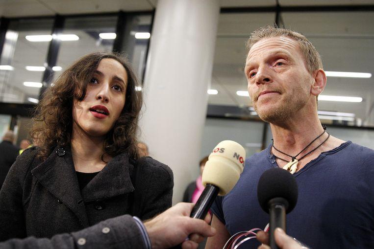 Greenpeace-activisten Faiza Oulahsen en Mannes Ubels staan de pers te woord na aankomst uit het Russische Sint-Petersburg op Schiphol Beeld ANP