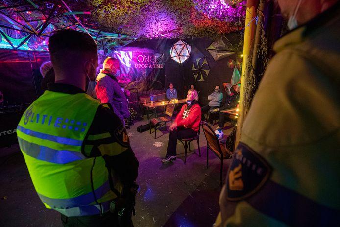 De politie beëindigde vorige week zaterdag (10) oktober een feest in een pand aan de Betonstraat in Kampen. Organisator Soraya Soer (midden) bestrijdt dat het om een feest ging. ,,We zouden met figuranten video-opnames maken.''