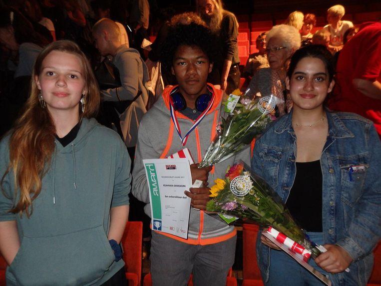 Keahnan Ormskerk wint de jongerenschrijfwedstrijd Bijlmer Schrijft. Naast hem mede-genomineerden Keet Winter (l) en Noa Hermsen Beeld Schuim