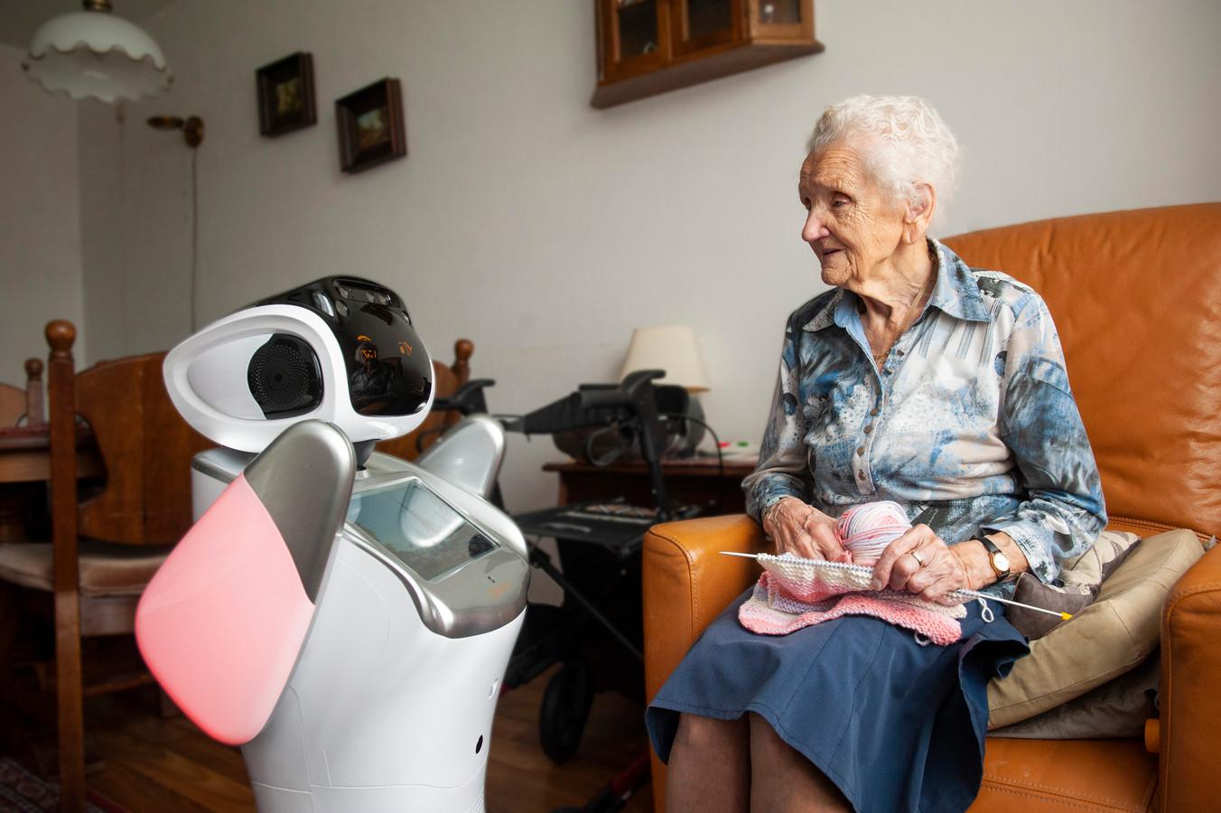 Zorgrobot Sara heeft de volle aandacht van een bewoner van een zorgcentrum.