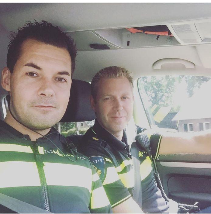 Jan Willem Jansen en Han Moes, de wijkagenten van Wezep, zijn sinds de steekpartij veelvuldig in het dorpscentrum te vinden om mensen de kans te geven erover te praten.