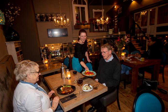 Eigenaresse Paula Aalderink van Bistro De Rode Kater in Deventer serveert de gerechten uit.