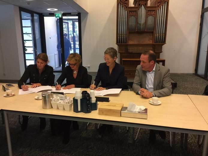 Ondertekening door Simone van Ruth, directeur/bestuurder MEE IJsseloevers, Inge Hiddink, directeur ViaVie Welzijn, Annabel Engles, directeur/bestuurder MWnwT (van links naar rechts)