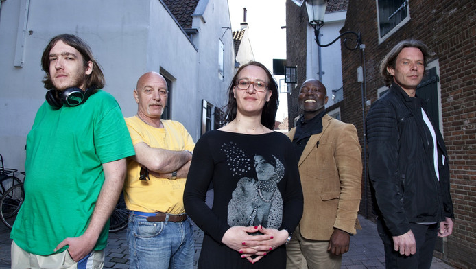Roy van Platteringen, Harry Koster, Wanda Buis, Glenn Miller en Eric Ockeloen van de nieuwe stichting voor daklozen.