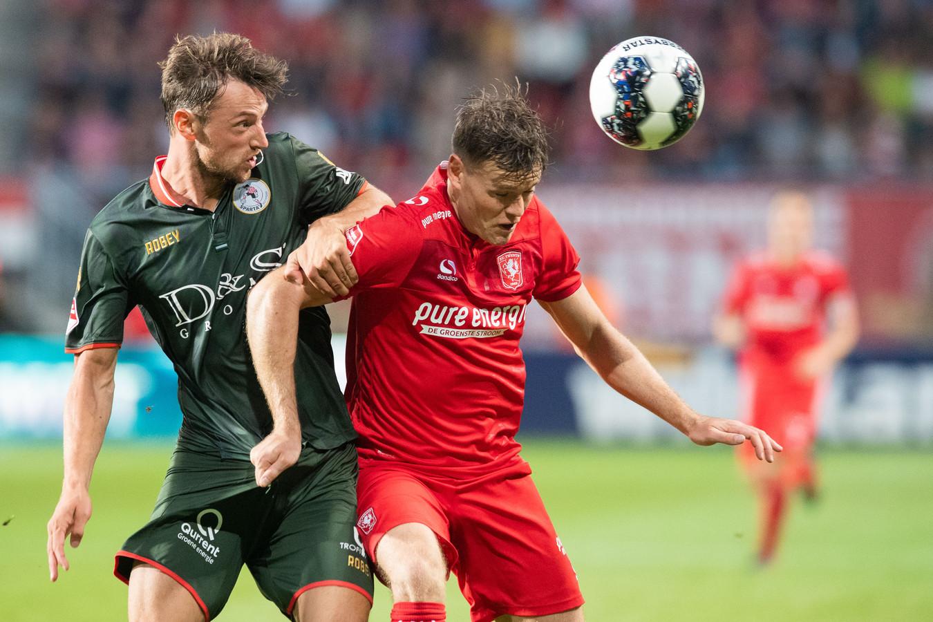Tom Boere (rechts) in actie voor FC Twente.
