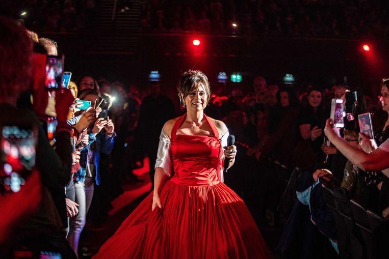 Trijntje Oosterhuis maakt haar opwachting in de Ziggo Dome in de jurk, die ze in 1996 droeg bij de opening van de Arena. Beeld ANP