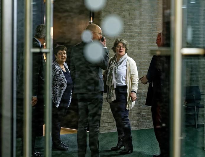 Wethouder Carine Blom (midden) achter het glas van het afgesloten gedeelte van het provinciehuis, kort na het besloten overleg met commissaris van de Koning, Wim van de Donk. Links haar collega-wethouder Adrienne Verschuren van Progressief '96.