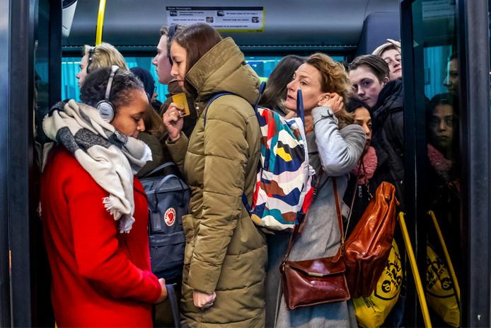 Buslijn 12 in de ochtendspits: als sardientjes in een blik.