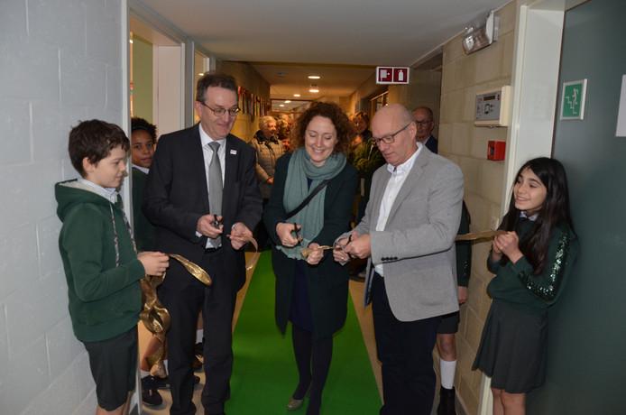 Lieven Boeve, Elke Decruynaere en Geert Allary knippen het lintje van de nieuwbouw.