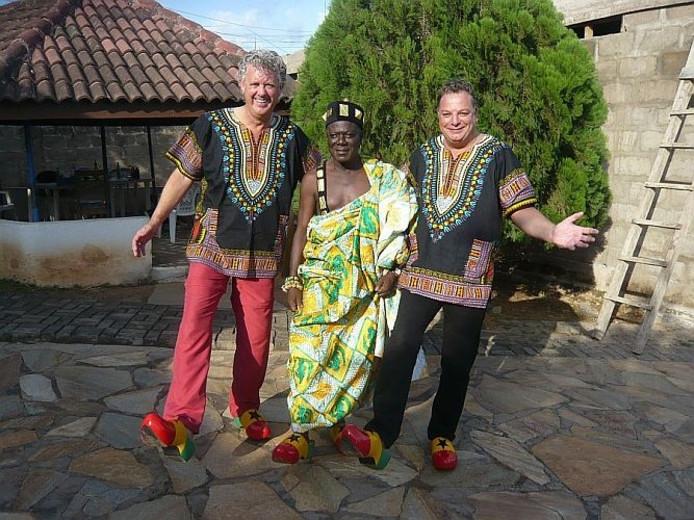 Johan de Boer (l) en Alfred Lehmann met de Ghanese koning Okrukata. foto Alfred Lehmann