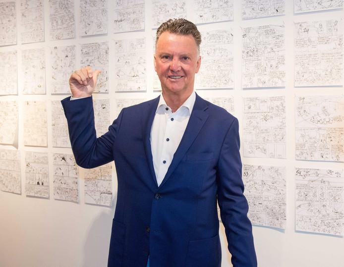 Louis van Gaal afgelopen donderdag tijdens de presentatie van het eerste exemplaar van het stripalbum Knudde naar 't WK van tekenaar Toon van Driel.