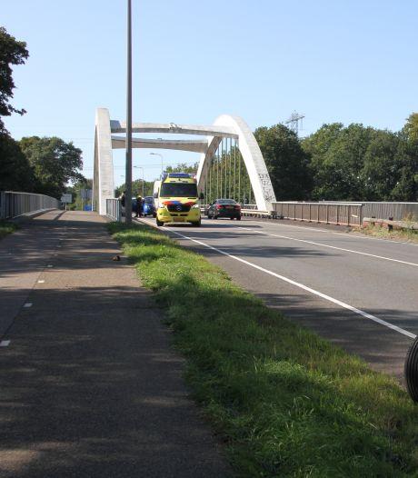 Een persoon gewond door botsing op brug in Almelo