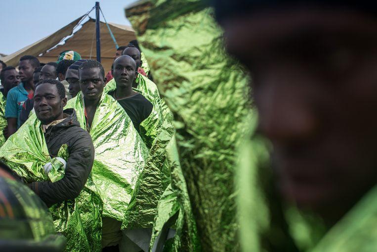 Bootvluchtelingen worden in de Italiaanse kustplaats Trapani opgevangen. Beeld Getty Images