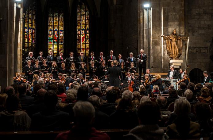 Consensus Vocalis tijdens de uitvoering van de jaarlijkse uitvoering van het Weihnacthts Oratorium in de Plechelmusbasililek in Oldenzaaal FOTO REINIER VAN WILLIGEN