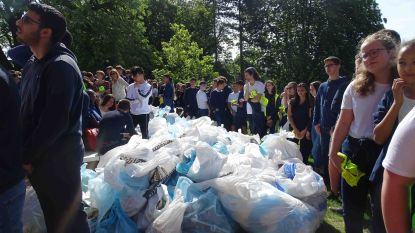 Leerlingen Regina Caeli zamelen  250 vuilniszakken met zwerfvuil in