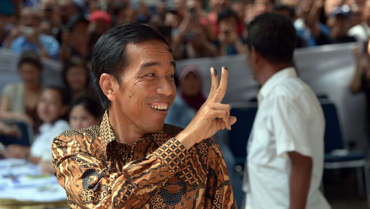 Joko Widodo laat de vingers zien waarmee hij zijn stem heeft uitgebracht. Beeld null