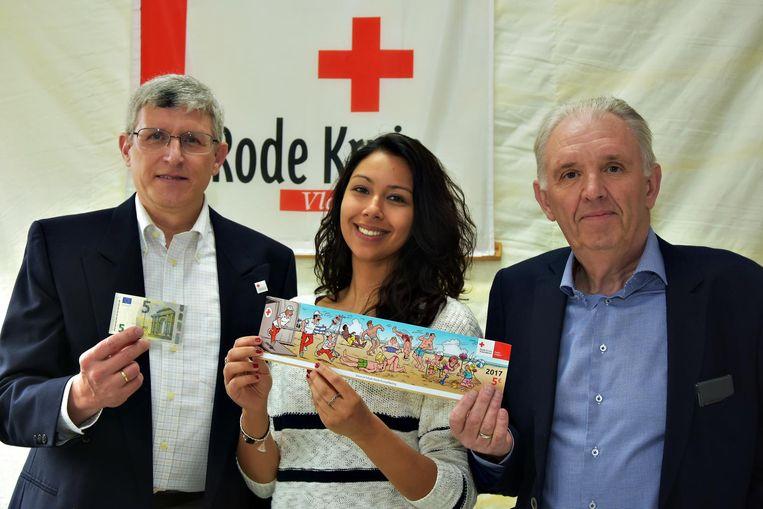 Danira met de sticker, samen met voorzitter Marc De Valck (rechts) en ondervoorzitter Leo Blommaert (links).