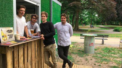 """Vijf studenten baten in Brugge zomerbar Visart uit: """"Wat moesten we anders deze vakantie doen?"""""""