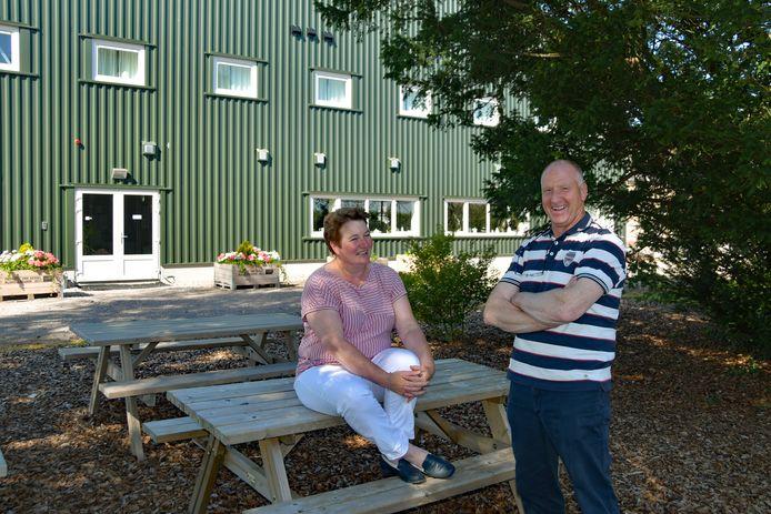 Voor de nieuwe groepsaccommodatie van Lia en Sjaak van Kessel staan nu picknickbankjes. Ook is er op het erf een kampvuurplaats en sportveld gemaakt.