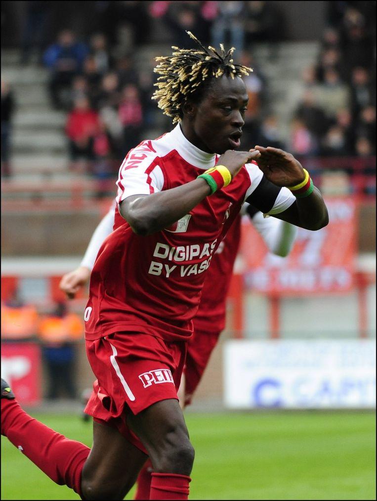 Nfor -geweldige voetballer, op die slaande armen na- viert de 1-0.