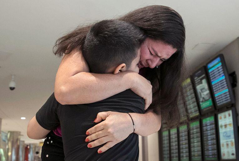 De 7-jarige Andy wordt herenigd met zijn moeder Arely op het vliegveld Baltimore-Washington. Moeder en zoon uit El Salvador werden op 13 juni van elkaar gescheiden. Beeld AFP