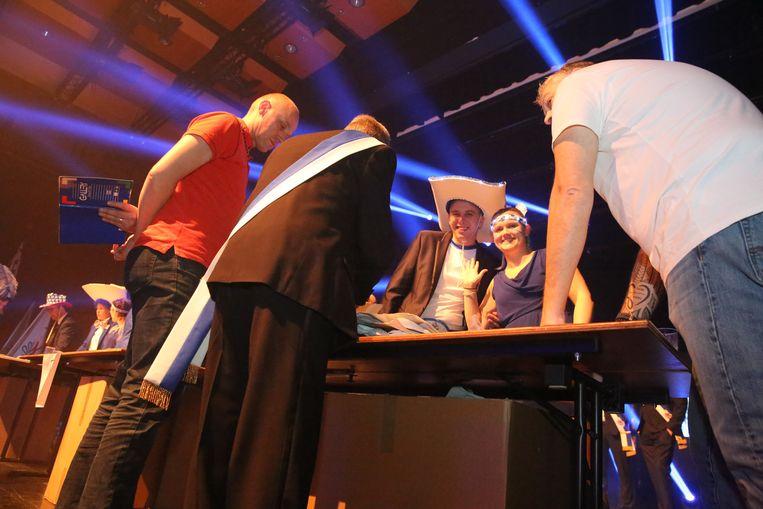 De Dem's-zakken van kandidaten Jimmy en Melody worden geteld tijdens de Prinsenverkiezing in Halle.