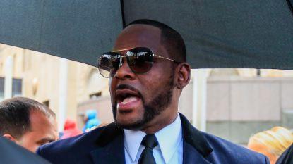 R. Kelly houdt onschuld vol in rechtbank