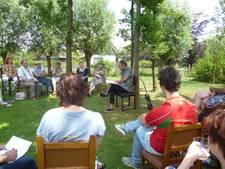 Poëziemiddag onder schaduw eikenbomen in Wijbosch
