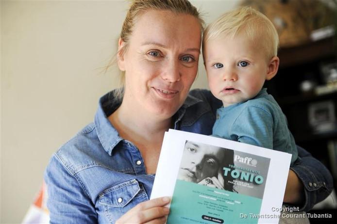 Pieternel ter Haar met haar zoontje Derk.
