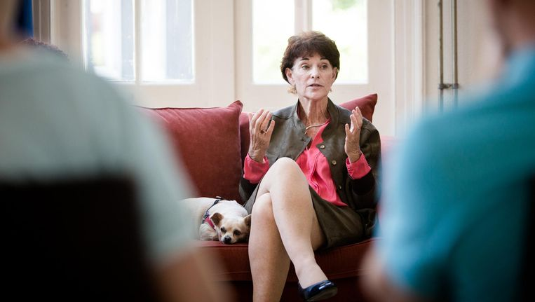 Myrna Lewis tijdens een van haar Deep Democracy bijeenkomsten. Beeld Freek van den Bergh