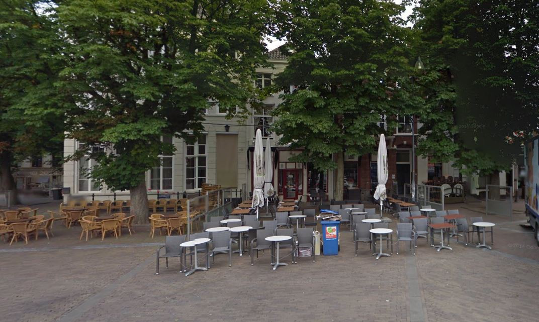 Een terras op de Brink in Deventer.