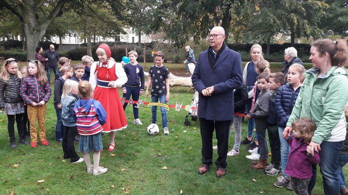 Roodkapje en wethouder Gerard Bruijniks bij de feestelijke opening van het speel- en beweegplein aan de Prinses Marijkestraat.