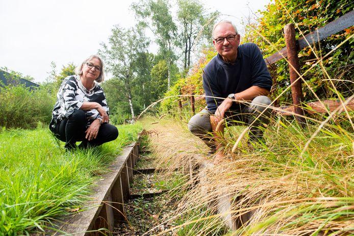 Vrijwilligers Herman Geurts en Coby Kuipers bij de Visstrap die de Schoolbeek met de Ugchelsebeek moet verbinden.