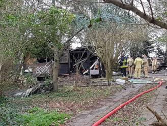 Man sterft bij brand in gekraakte houten chalet, twee gewonden slaan op de vlucht