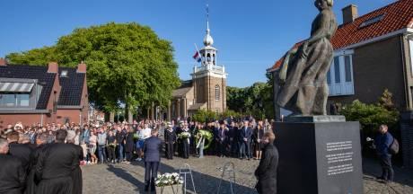 Urk herdenkt traditiegetrouw omgekomen vissers bij het Kerkje aan de Zee