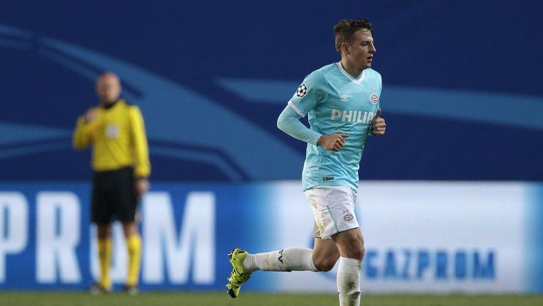 PSV's Santiago Arias wordt van het veld afgestuurd. Beeld ap