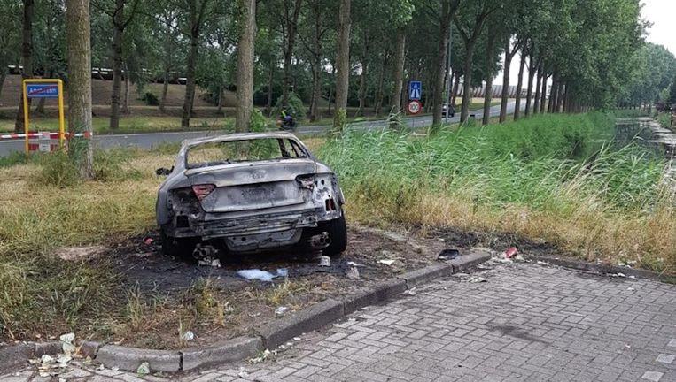 De vluchtauto is in de nacht van dinsdag op woensdag uitgebrand gevonden aan de Noordkaperweg. Beeld Politie