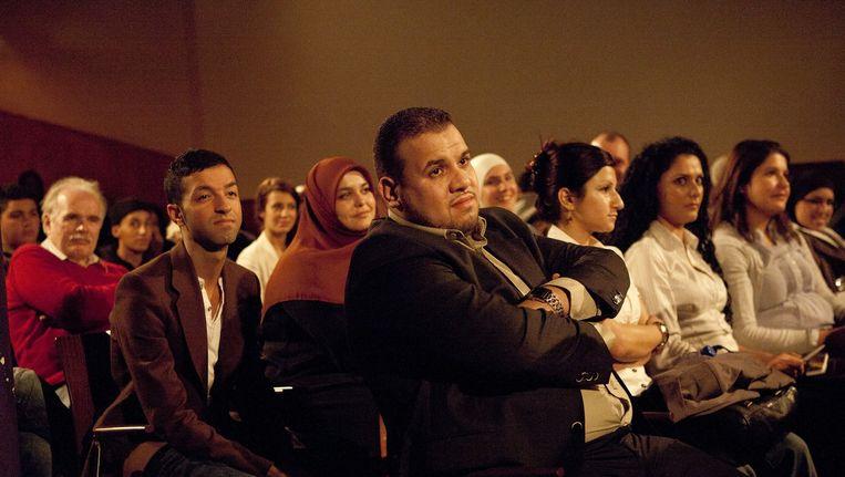 In Argan worden vaak debatten georganiseerd, zoals hier tussen ex-politicus Tofik Dibi en jongerenimam Yassin Elforkani. Beeld Amaury Miller