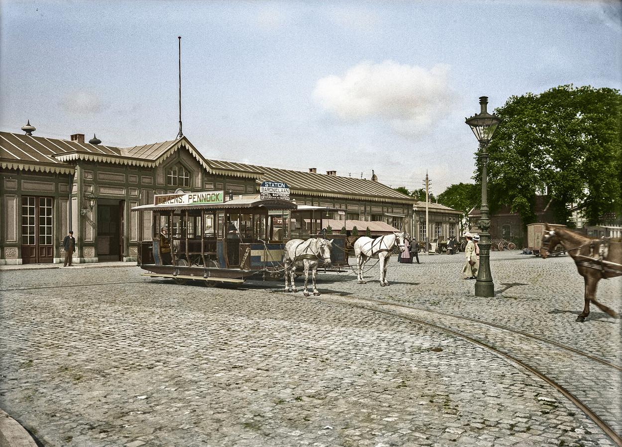 Een paardentram bij het station in 1910.